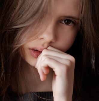 Triest jong meisje close-up