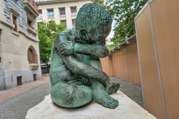 Triest kind bronzen sculptuur in het midden van vitoriagasteiz spanje