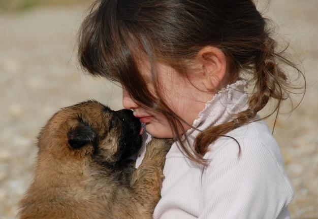 Triest meisje en puppy