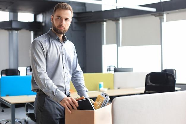 Triest ontslagen werknemer neemt zijn kantoorbenodigdheden mee van kantoor.
