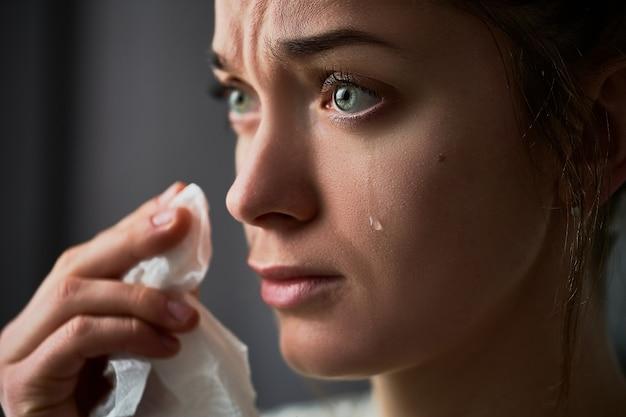 Triest rouwende huilende vrouw met tranen ogen tijdens problemen