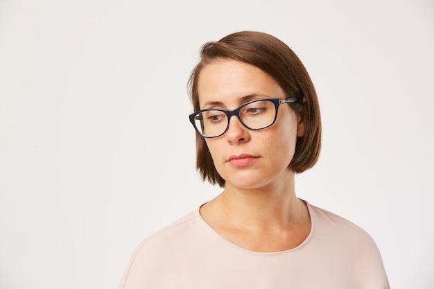 Triest vrouw in brillen