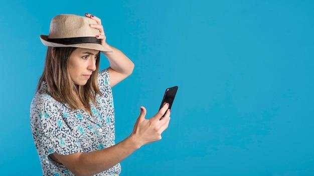 Triest vrouw met telefoon en kopie-ruimte