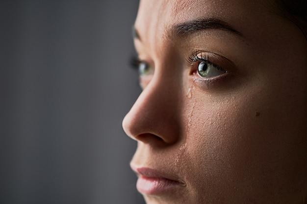Triest wanhopig huilende vrouw met tranen ogen tijdens problemen