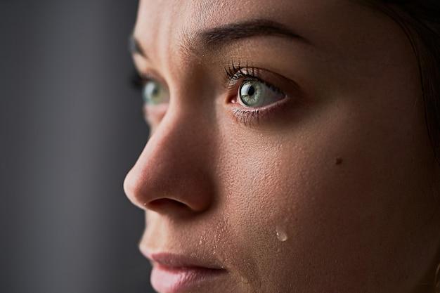 Triest wanhopige rouwende huilende vrouw met tranenogen