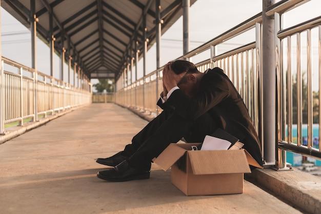 Trieste aziatische zakenman die zijn baan verliest