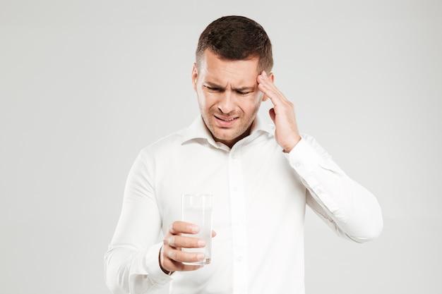 Trieste jongeman met hoofdpijn
