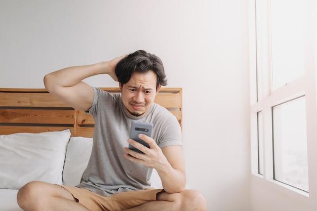 Trieste man heeft slecht online chatnieuws en voelt zich teleurgesteld op de smartphone