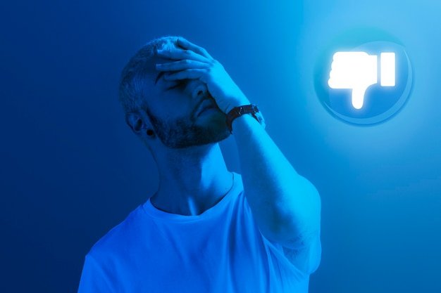 Trieste man krijgt afkeer van publiek vanwege sociale verslaving