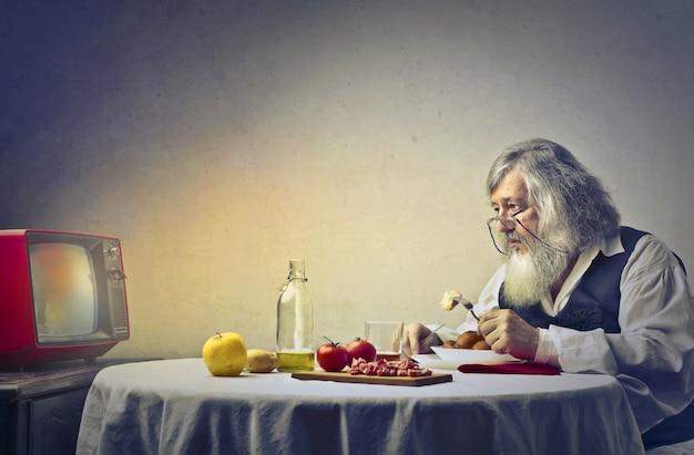 Trieste oude man tv kijken