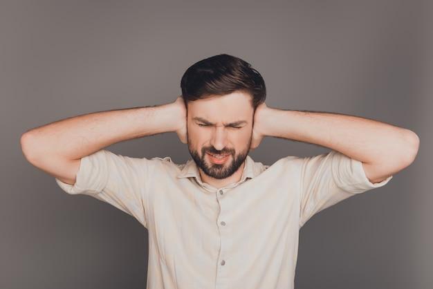 Trieste overwerkte man met hoofdpijn die oren bedekt met lawaai