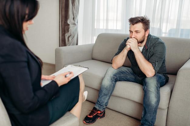 Trieste patiënt bij psycholoog, psychologische ondersteuning