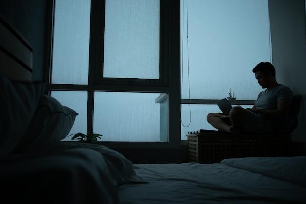 Trieste sfeer van een kamer met buiten regent.