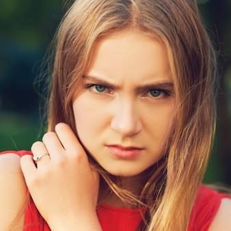 Trieste vrouw. gefrustreerde emotie. wrok en woede, verdriet en problemen concept