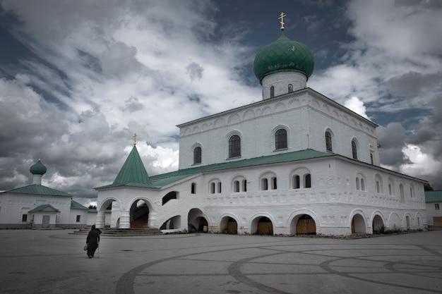 Trinity cathedral in holy trinity alexander svirsky-klooster aan het roshinskoye-meer in de regio leningrad, rusland.