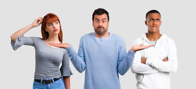 Trio vrienden die twijfels hebben en met confuse gezicht expre