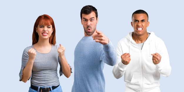 Trio vrienden geërgerd boos in woedend gebaar