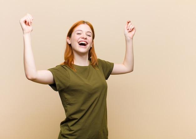 Triomfantelijk schreeuwend, kijkend als opgewonden, blij en verrast winnaar, vieren