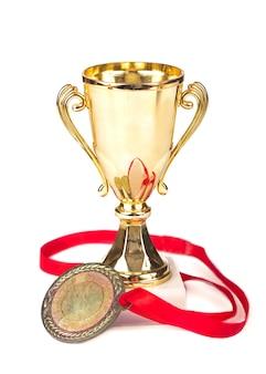 Trofeeën bekers medailles geïsoleerd op wit de trofee is een tastbare en blijvende herinnering