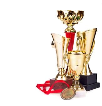 Trofeeën, bekers, medailles geïsoleerd op wit