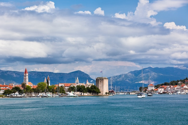 Trogir uitzicht op de stad vanaf de zee