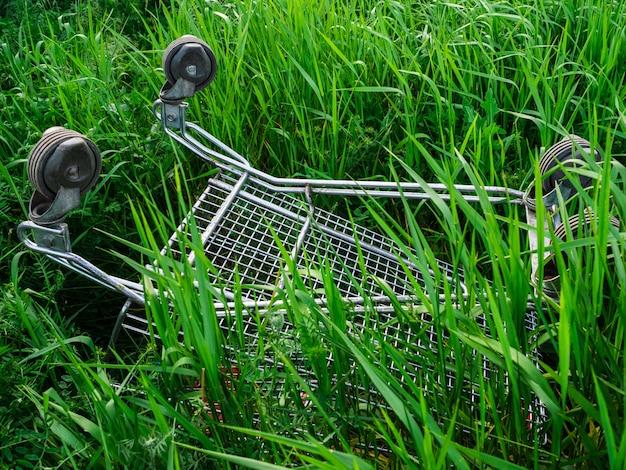 Trolley van de supermarkt staat ondersteboven