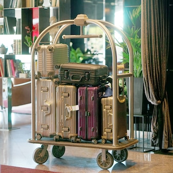 Trolleybagage in het hotel. bagagewagen voor hotel