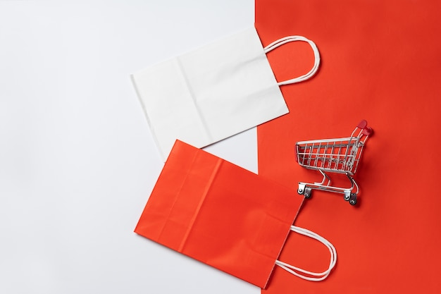 Trolleykar voor supermarkt en pakket op rode achtergrond