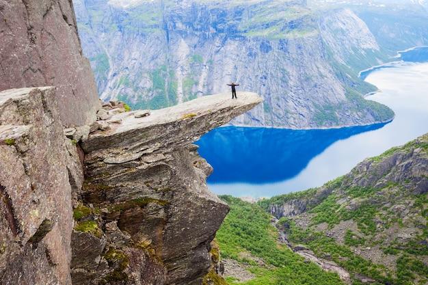 Trolltunga of troll tongue is een rotsformatie aan de hardangerfjord nabij de stad odda in hordaland, noorwegen