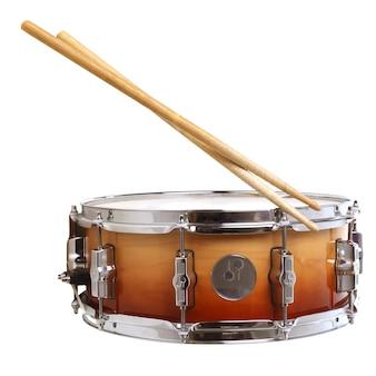 Trommel en drumsticks geïsoleerd op wit