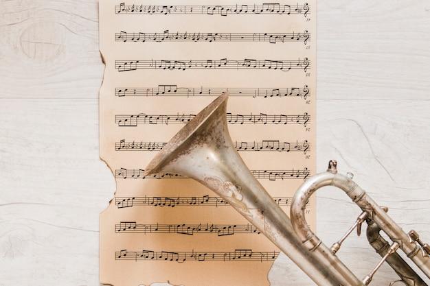 Trompet op oude pagina van bladmuziek