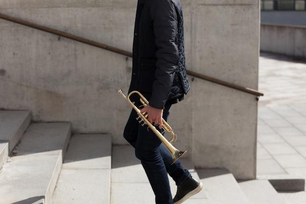 Trompet speler die bovenaanzicht loopt
