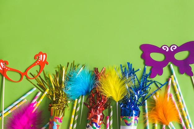 Trompetten met serpentijn, gekleurde stokken en gekleurde maskers