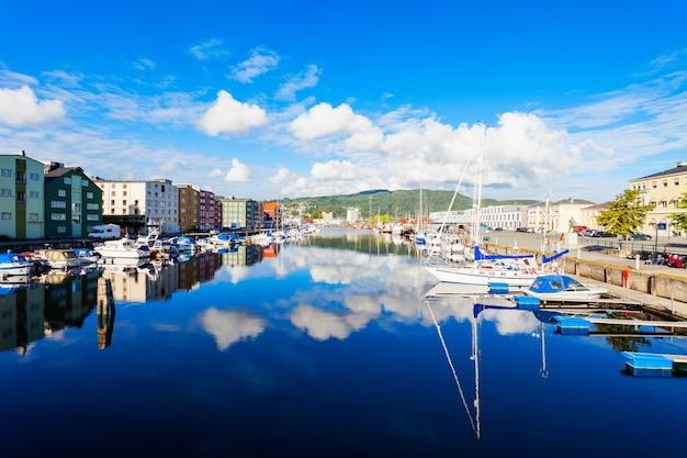 Trondheim pier. trondheim is de derde meest bevolkte gemeente van noorwegen.