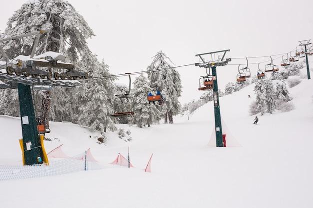 Troodos-gebergte skiliften en kabelbanen die de berg op gaan en snowboarders naar de skipistes brengen