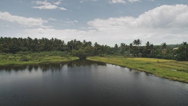 Tropic natuur landschap met meer antenne