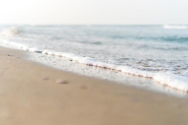 Tropisch aard schoon strand en wit zand in de zomer met zon lichtblauwe hemel en bokeh achtergrond.