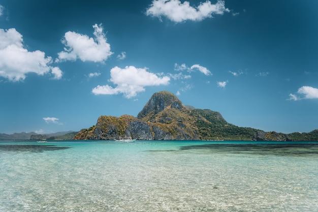 Tropisch eiland en blauwe lagune, el nido, palawan-eiland. filippijnen.
