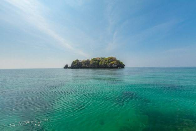 Tropisch eiland en blauwe zee en lucht