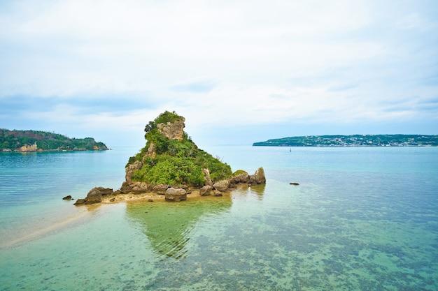 Tropisch eiland en fantasie groene zee en blauwe hemel in okinawa, japan