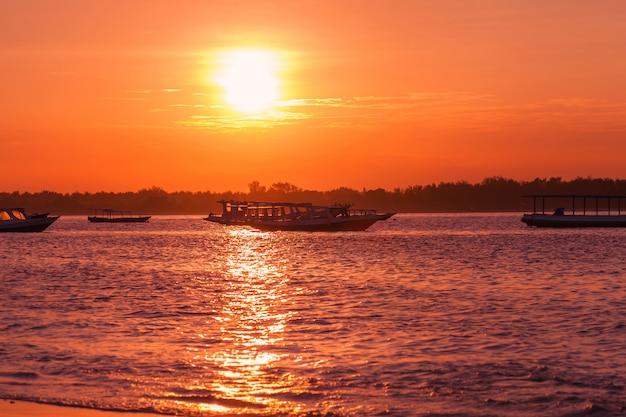 Tropisch eiland in heldere zonsondergang