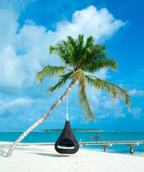 Tropisch eiland op de malediven met wit zandstrand en zee