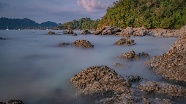 Tropisch eiland rock zeezicht