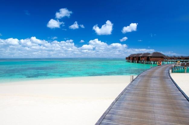 Tropisch eiland van de maldiven met witte zandstrand en zee