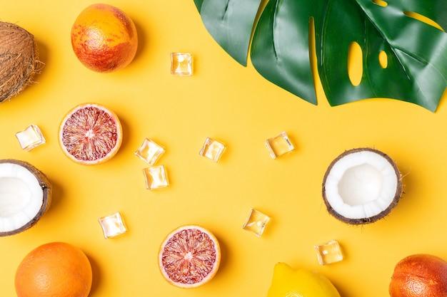 Tropisch fruit, bloedsinaasappelen, kokosnoot, palmblad