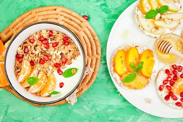 Tropisch fruit en granola met yoghurt