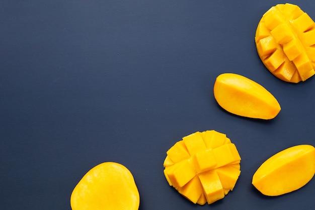Tropisch fruit, mango op blauw.