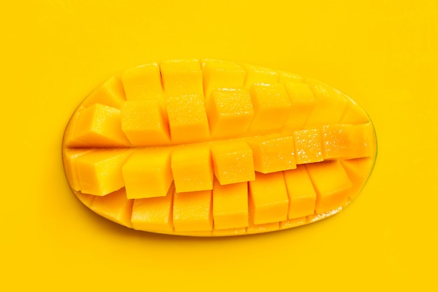 Tropisch fruit, mango op gele achtergrond.