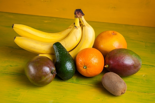 Tropisch fruit op geel houten, vers voedsel.