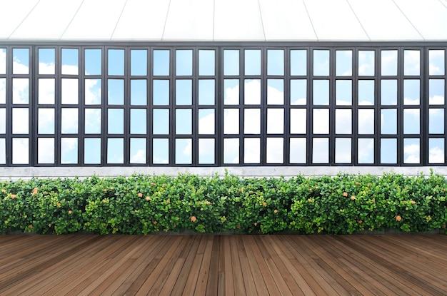 Tropisch groen bladmuur en raamkozijn met het knippen van weg.